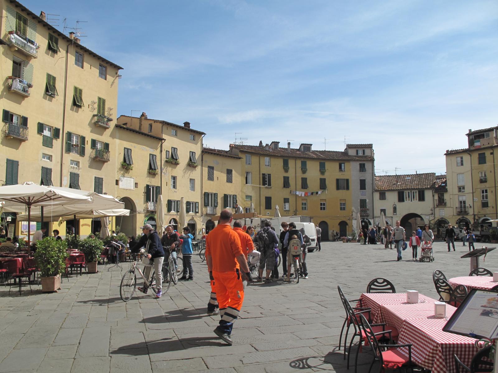 Lucca's Piazza Anfiteatro